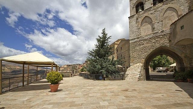 640px-Piazza_Vittime_della_Mafia,_Gangi_PA,_Sicily,_Italy_-_panoramio